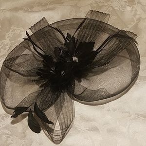 Beautiful Clip-on Mesh and Feather Hat